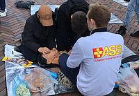 Hochkonzentrierte Schüler beim Üben der HLW. Foto. ASB Hamburg / P.Witt.
