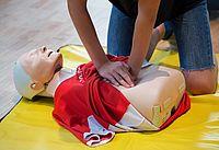 """An """"Dummies"""" werden unter anderem das Beatmen und die Herzdruckmassage geübt. Bild: ASB Hamburg."""