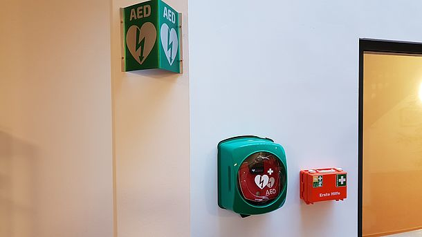 AED links im Foyer
