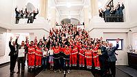 Freude und Begeisterung bei den Teilnehmerinnen und Teilnehmern der diesjährigen Verleihung des Förderpreises Helfende Hand. Foto: BMI.