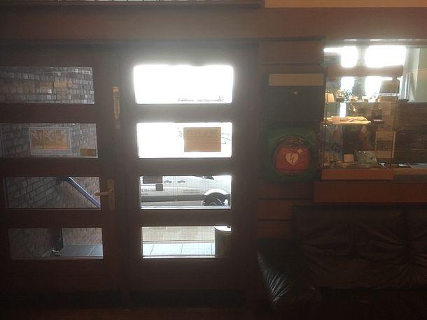 AED direkt hinter der Eingangstür
