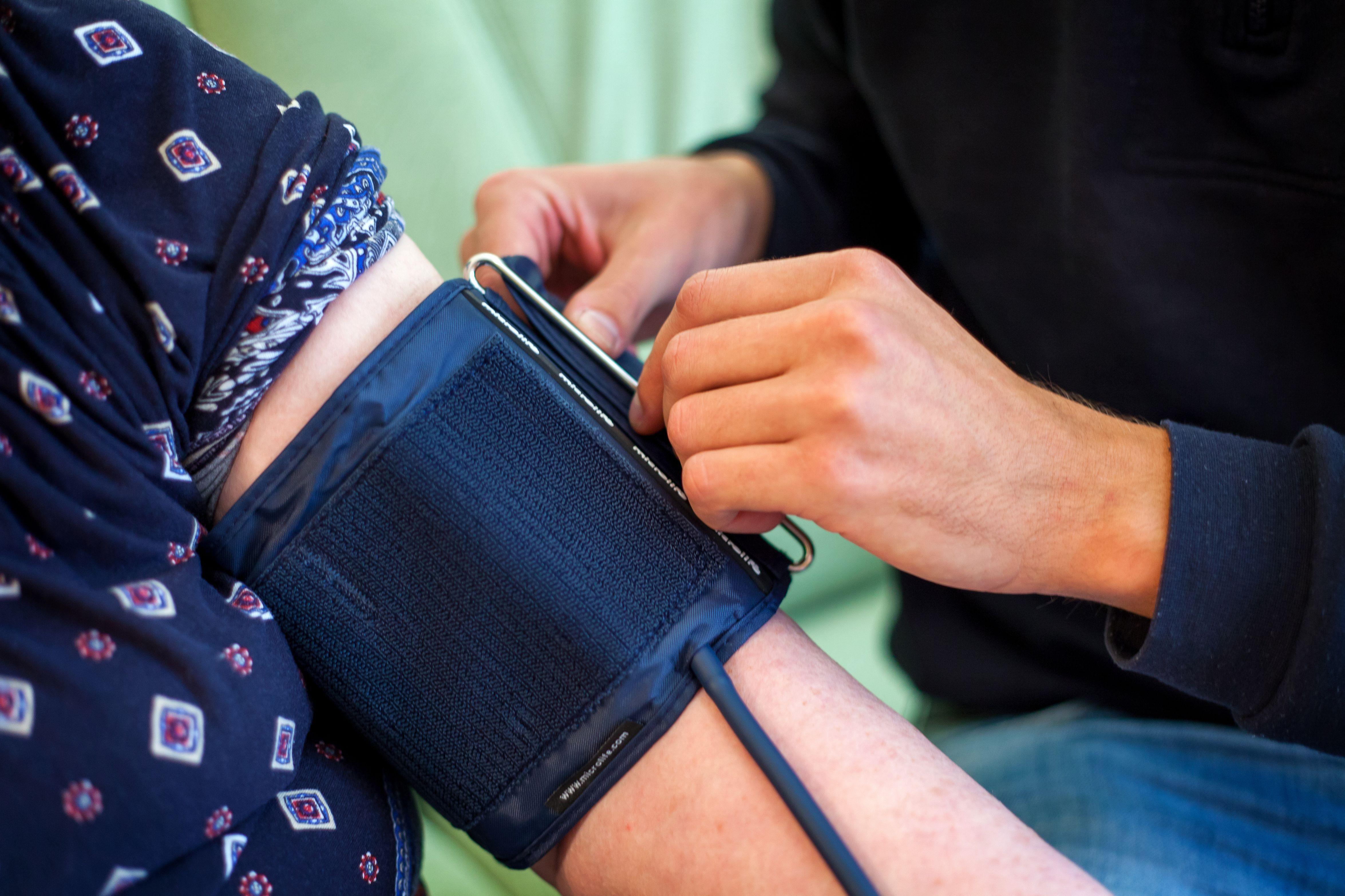 In der Weihnachtszeit sollten Betroffene ihren Blutdruck regelmäßig messen. Foto: ASB / A. Franke