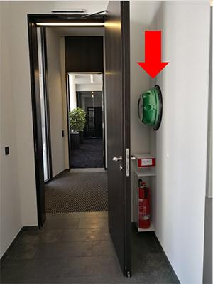 AED hinter der Tür am Empfang